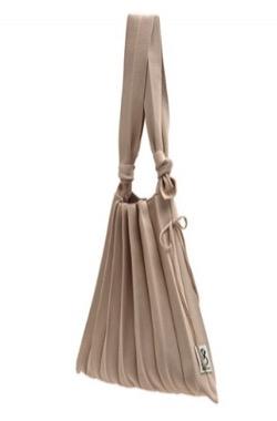 わかっていても ハンソヒ(ユ・ナビ) 衣装ベージュのプリーツバッグ