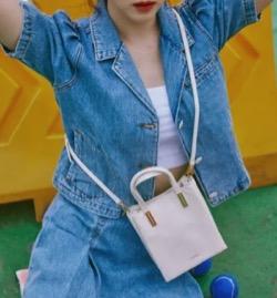 【わかっていても 第5・6話】 ハン・ソヒ(ユ・ナビ)さん衣装(ブーツ・デニムスカート・ブルゾン・トートバッグ)のブランド白いミニバッグ