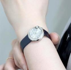 【海街チャチャチャ】シン・ミナ(ユン・ヘジン役)衣装黒いベルトの腕時計
